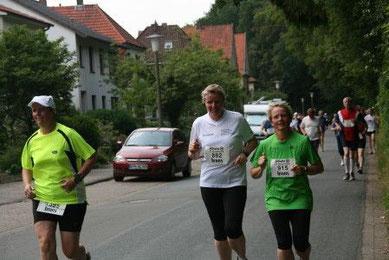 Petra und Gesa konnten beim letzten Kilometer noch lächeln. Toll gemacht!
