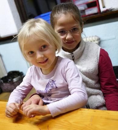 Junge Mädchen beim Roboterworkshop