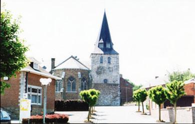 Eglise de Nandrin 1996. A gauche la maison communale