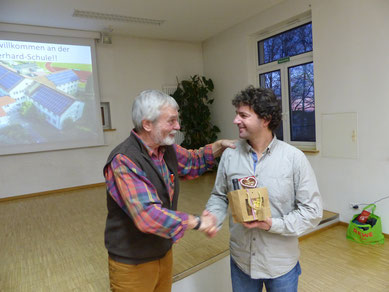 Volker Schmidt, ehemaliger Vorsitzender, beglückwünscht       Herr Kremer