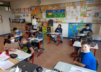 Frau Heim (Studentin) im Unterricht der Grundstufe 2