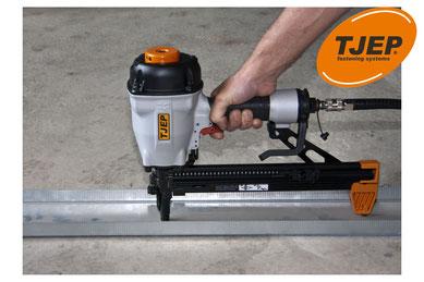 Betonnagler Tjep CP-40 mit Metallschiene auf Betonboden