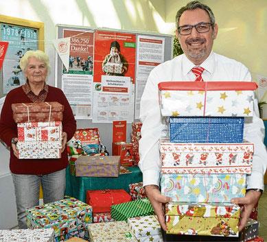 Filialleiter Andreas Palioudakis und Gerda Heesch freuen sich über die vielen abgegebenen Pakete.