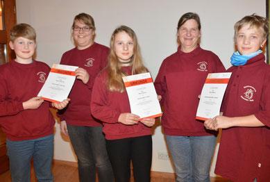Die jüngsten Musiker v.li. Tade, Liv und Lennard überreichten die Urkunden an v.li Sarah Sievers und Alma Ramm.