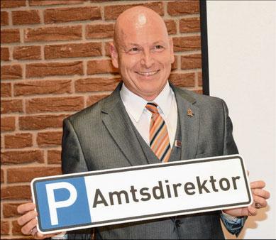 Mit der Parkplatzsuche wird der neue Amtsdirektor Andreas Faust zukünftig keine Probleme haben.