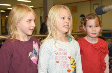 Die Grundschülerinnen v.li. Levke, Freda und Joe erfreuten mit Gedichten.