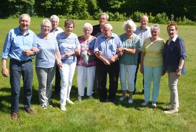 Die ehemaligen Schüler Uwe Ibs (l) und Ulli Möller (5.v.r) hatten das Klassentreffen organisiert.