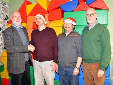 Markus Wasserthal und Christian Bork (mitte) überreichten an Gerhard Boll (li) und Johann Hansen  (re)eine Spende.