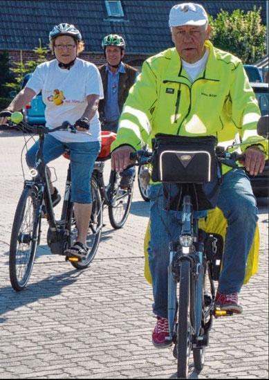 Während die meisten Mitfahrer den Spendenradler Hans Böge nur wenige Meter begleiteten, beteiligt sich Annemarie Hunecke (l.) an der gesamten Spendentour.