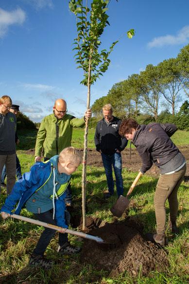 Unterstützung beim Einpflanzen des Baumes bekam Dunja Pucks von Johannes.