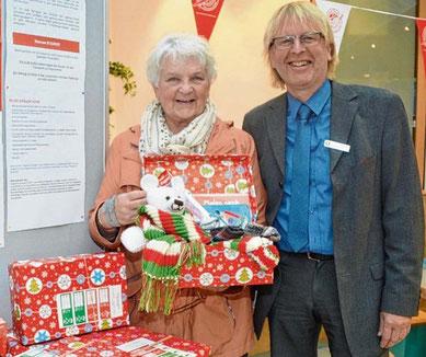 Hoffen auf viele Geschenke: Gerda Heesch und Sparkassen-Mitarbeiter Michael Harder.