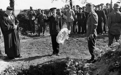Beerdigung eines britischen Kriegsgefangenen auf dem Lagerfriedhof in Sandbostel. Foto: unbekannt, August 1941. IWM