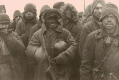 Arrivo dei prigionieri di guerra sovietici nel campo, fotografia Roland V., ca. 1941 (Gedenkstätte Lager Sandbostel)
