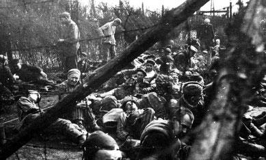 KZ-Häftlinge in dem abgesperrten Lagerteil des Stalag X B. Foto: vermtl. Georges Chertier, undatiert. Privatbesitz