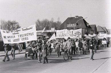 Unter anderem von der GEW organisierter Gedenkmarsch in Bremervörde mit der Forderung nach Errichtung einer Gedenkstätte in Sandbostel. Foto: unbekannt, 3.5.1980. Archiv der Bremervörder Zeitung