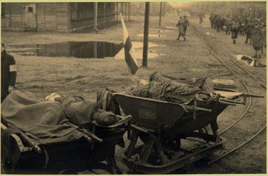 Kranke KZ-Häftlinge auf Wagen der Lorenbahn des Stalag X B. Foto: Mosè Cabalisti, nicht datiert [zwischen 20. und 29.4.1945]. Archivio Giovannino Guareschi, Roncole Verdi, Parma, Italien
