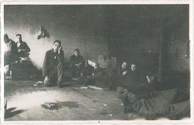 KZ-Häftlinge in einer Baracke im Lager Sandbostel. Foto: Georges Chertier, französischer Kriegsgefangener, nicht datiert [zwischen 20. und 29.4.1945]. Amicale de Neuengamme, Reims, Frankreich