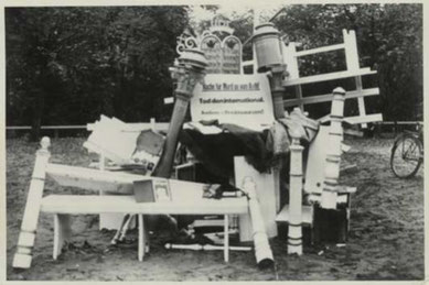 Auf dem Zevener Marktplatz aufgeschichtete Möbel der Zevener Synagoge. Foto: unbekannt, 9./10.11.1938