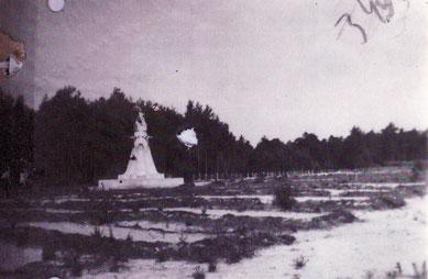 Ansicht des sowjetischen Denkmals und der ungepflegt wirkenden Massengrabreihen. Foto: nicht bekannt, nicht datiert. CAMO