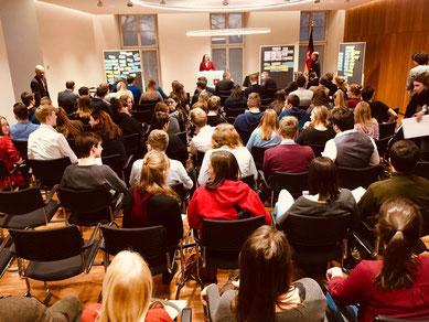 Landtagspräsidentin Dr. Gabriele Andretta vor den Jugendlichen, Begleitpersonen und Vertretern aus Politik und Gedenkstätten nach der Präsentation der Ergebnisse