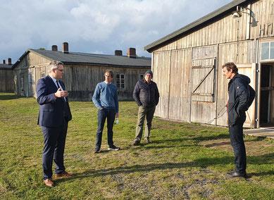 Marco Prietz mit Andreas Ehresmann, Günther Justen-Stahl und Ronald Sperling (v.l.) vor den historischen Unterkunftsbaracken