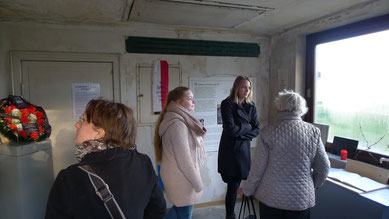 Ruth Gröne, die Tochter des in Sandbostel verstorbenen KZ-Häftlings Erich Kleeberg besucht am Jahrestag der Befreiung den neu gestalteten Gedenkraum // Foto. A. Ehresmann, 29.4.2017
