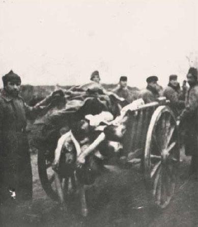 Sowjetische Kriegsgefangene bringen tote Kameraden zum Lagerfriedhof. Foto: unbekannt, nicht datiert (vmtl. 1942)