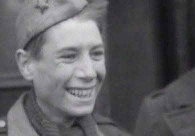 Der 19jährige Frank Le Villio nach der Befreiung im Stalag X B Sandbostel. 30.4.1945 (IWM London)