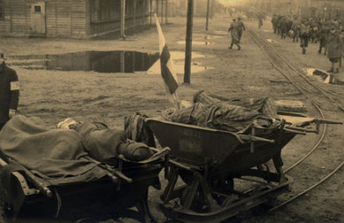 Lorenbahn mit der nicht mehr marschfähige Häftlinge vom Bahnhof Brillit in das Stalag X B transportiert wurden. Foto: Mose Cabalisti, zw. 20. und 29.4. 1945, Archivio Giovannino Guareschi, Roncole Verdi (Parma), Italien