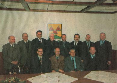 Die Vertreter der neun Stiftungsträger nach der konstituierenden Sitzung der Stiftung Lager Sandbostel. Foto: unbekannt, 17.12.2004. Archiv der Bremervörder Zeitung