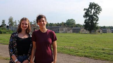 Marie-Claire Müller (links) und Ines Dirolf (rechts) vor den historischen Unterkunftsbaracken. Foto: Jan Dohrmann (GLS), 3.9.2018