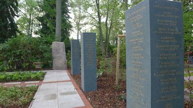 Der historische Gedenkstein aus Unterstedt und Namensstelen mit den Namen der auf dem Waldfriedhof bestatteten KZ-Häftlinge und Kriegsgefangenen. Foto A. Ehresmann, 7.5.2015