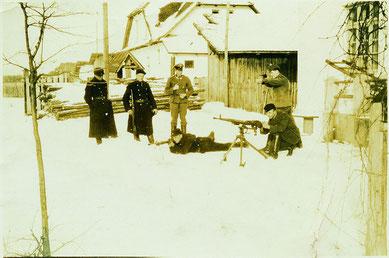 Trawniki bei demonstrativen Schießübungen im Hof der Kommandantur des Vernichtungslagers Belzec, angeleitet von Johann Niemann (Mitte), Frühjahr 1942. © USHMM