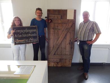Der wissenschaftliche Dokumentar Ronald Sperling bei der Übergabe des Hinweisschildes und der Schuppentür. Links; Debbie Bülau, rechts: Reiner Klintworth. Foto: A.Ehresmann, 31.7.2018