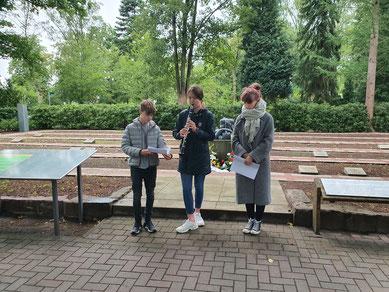 Schülerinnen und Schüler des Ratsgymnasiums Rotenburg verlasen die Namen der auf dem Waldfriedhof ruhenden KZ-Häftlinge. Foto: J. Dohrmann, 5.7.2020