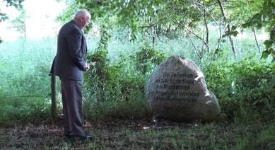 Johann Dücker vor dem Gedenkstein im Gedenken an die zwei erschossenen KZ-Häftlinge