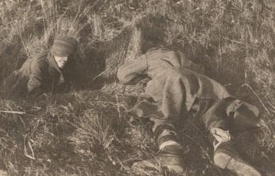 """Die Originalbildbeschriftung eines Wachsoldaten lautet: """"Erschossener Russe von uns, weil Flucht auf Gemüseacker."""""""
