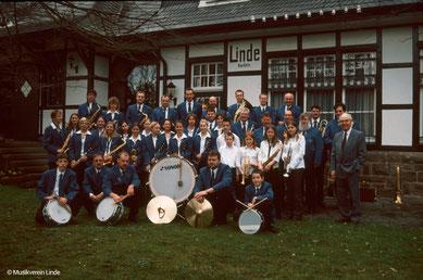 Abb. 7: Musikverein Linde e.V. 2004 vor dem Bahnhof in Bruch