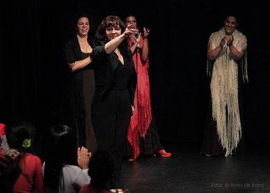 Rosa Martínez spricht beim spanischen Sommerfest 2014 im Tanzstudio La Fragua einen Toast an das Publikum aus.