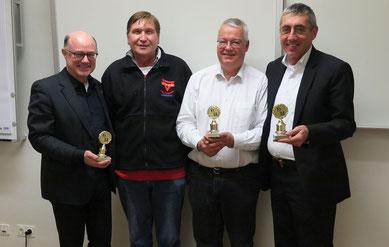 Die Überraschung ist gelungen: Detlef Mucks-Büker (links), Henning Busse (Zweiter von rechts) und Norbert Engelhardt (rechts) erhielten von Manfred Wille einen Kirche und Sport-Pokal