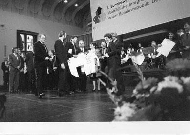 Manfred Wille (Dritter von links) überreicht Bundestagspräsidentin Professorin Dr. Rita Süßmuth und dem Aussiedlerbeauftragten der Bundesregierung, Dr. Horst Waffenschmidt, ein Sporttrikot