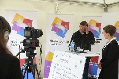 Lea Schweckendiek (rechts) im Gespräch mit Manfred Wille