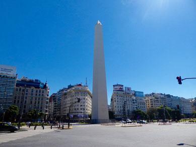 Die breiteste Straße der Welt wird vom berühmten Obelisken getrennt