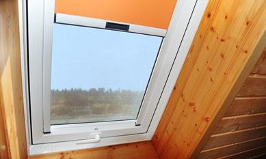 Dachfenster, farbiges Rollo innen, Fensterfutter Holz - Ihr Zimmermeister Tobias Lutz, Dachfenster-Profi