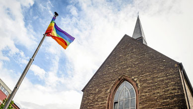 Die katholische Kirche in Duisburg zeigt (Regenbogen-)Flagge. (WAZ-Foto: Socrates Tassos / FUNKE Foto Services)