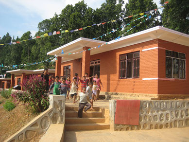 zehn schmucke Häuser im Kinderdorf
