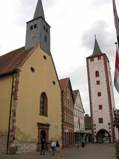 © Traudi  -  links Spitalkirche, rechts Stadttor