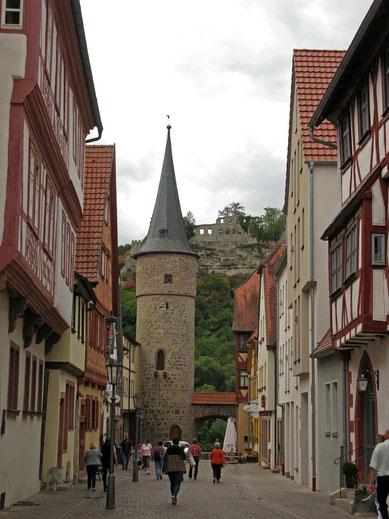 © Traudi  -  Maingasse. Blick zum Maintor und Rundturm. In Hintergrund die Ruine der Karlsburg.