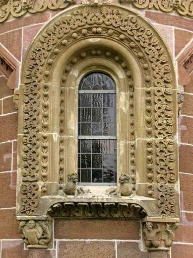 © Traudi  -  Ostfenster, mit Rank- und Blattwerk verziert
