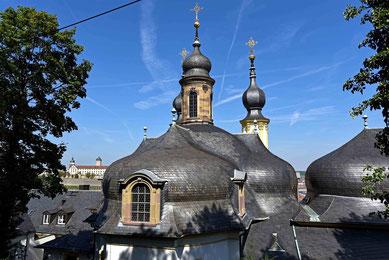 © Traudi - Dachlandschaft des Käppele, im Hintergrund die Festung Marienberg